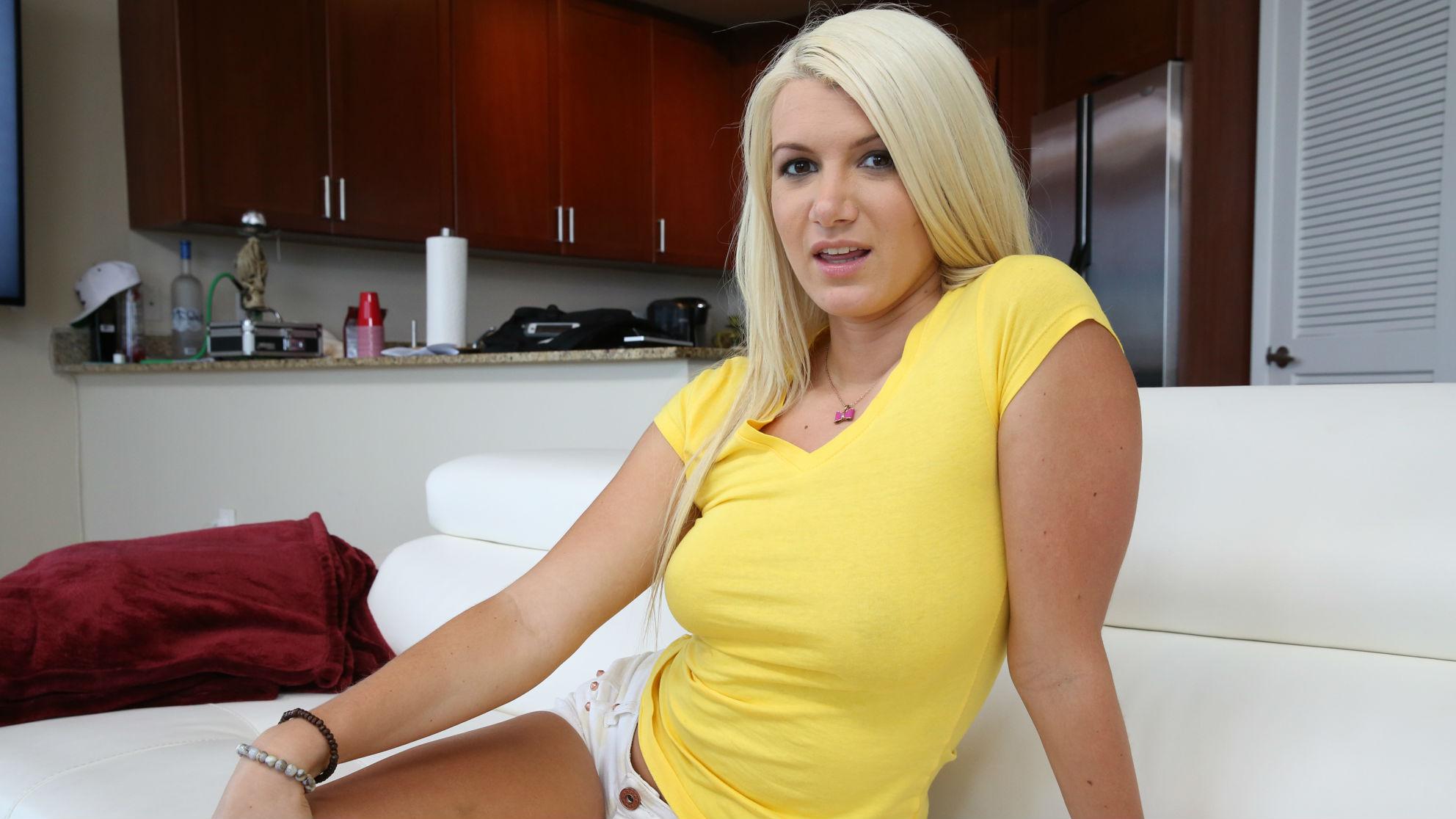 Layla Price wird in warmem Speichel der Bande ihrer Freundinnen ertränkt