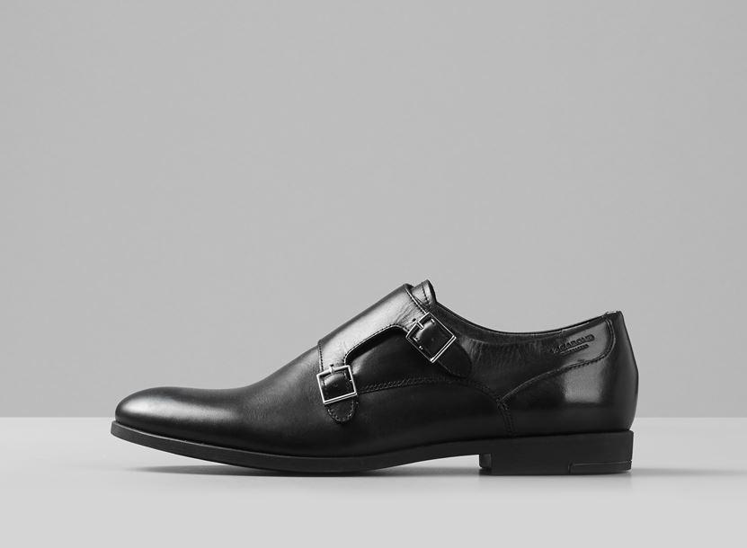 059c889d65 A makkos cipők makk nélküli, elegánsan belebújós változata ez a fekete és  barna színben elérhető, színtiszta bőr Vagabond monk loafer lépő.
