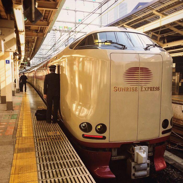 Elképesztő luxus és simogató nyugalom Japán éjszakai vonatjáratain