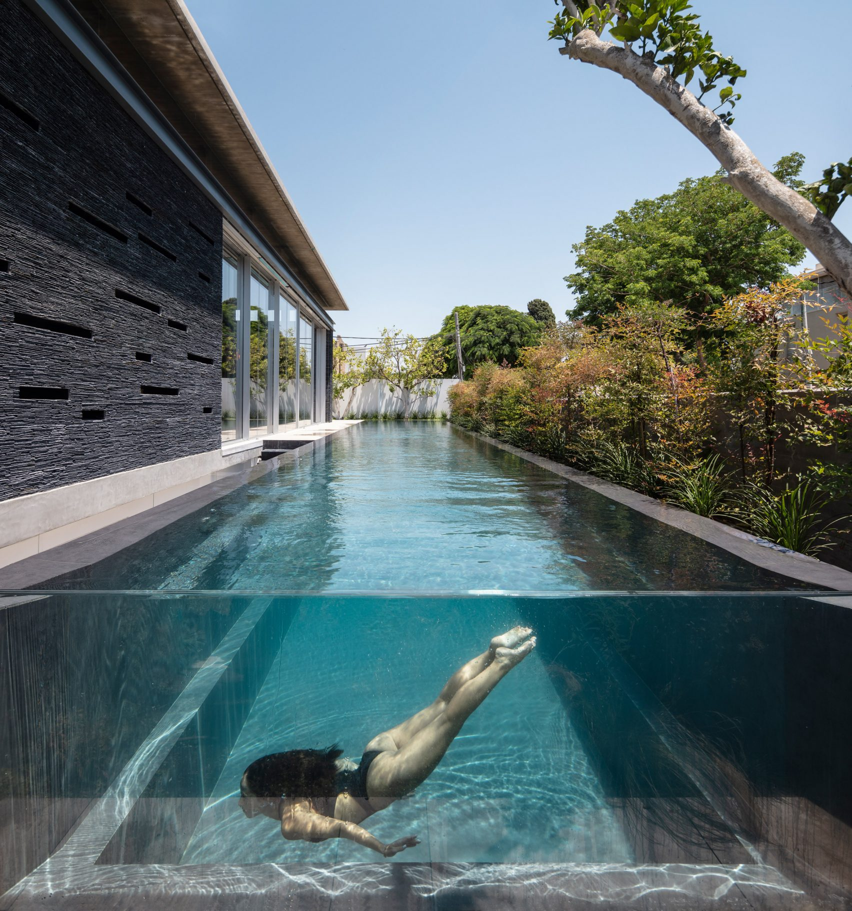 Pavilion House, Pitsou Kedem, Architect, luxury house, top house, luxurious, vip, billionaire, pool, linear swimming pool, lady, girl, sexy, Israel, floor, livingroom, bathroom,